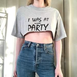 🍒I WAS @ THE PARTY🍒 1 tshirt. 1 lökigt tryck. 1 måste i garderoben. En croppad thriftad herr tshirt jag klippt. Kanterna är ojämna men typ Nice. Brukar ha en sport BH för väldigt kort. grymt chill att styla med det mesta. Frakt tillkommer. Puss o k🍒
