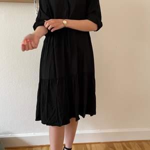 Säljer min skjortklänning från H&M. Använd två gånger. Perfekt tunn inför våren och sommaren!