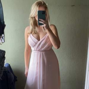 Säljer denna superfina rosa balklänningen! Går att använda till bal eller fina tillställningar. Använd en gång och säljer då den inte används💕💕 storlek 34 men passar 36 också