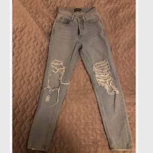 Ett par blåa ripped jeans med slits från pretty little thing. På bild 2 ser ni jeansens storlek. Jag skulle säga att dom är xxs/XS. Dom passar mig i längden då jag är ca 166/167. Dock väldigt små i midjan, drf säljer jag dom. Jättefint skick.
