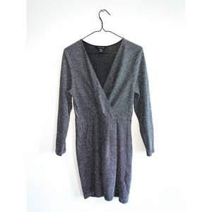 Glittrig klänning i stretchigt material i jättefint skick. Märke: NEW LOOK Storlek 42 Skickas i postorderpåse via postnord.