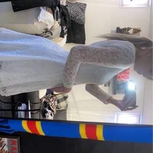 En super fin vit klänning som passar utmärkt till studenten och skolavslutningen. Säljs då den är endast är använd en gång och därefter bara legat i garderoben och tagit plats.