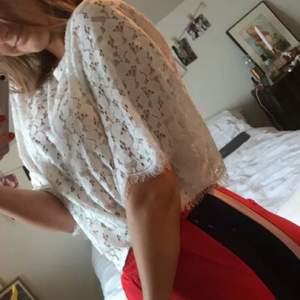 Spetstopp från Gina tricot. Storlek 38 men generös i storlek. Oversize modell med långa, flowiga ärmar😎