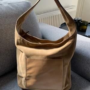 Finaste handväskan från Michael Kors!! Köpt i deras egna butik i USA. I äkta läder och mocka. Lite sliten bak (bild 2) men annars SÅ fin, knappt använd men använder tyvärr inte... 😩😍🤍