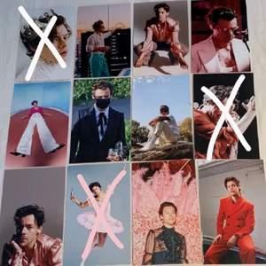 Harry Styles foton som är 15x10 cm stora. Fotona är styva glansiga och alltså inget vanligt papper. 10kr st🕺🏻👑