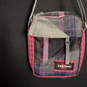 Eastpak väska som är använd vid få tillfällen. Säljer pga flytt så måste rensa!! Köparen står för frakten💜
