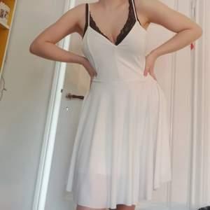 Jäääättesöt klänning med en helt underbar kjol!! Så så himla fin med speciell rygg (ignorera min BH). Passar perfekt till studenten! Priset är inkl frakt 🥰