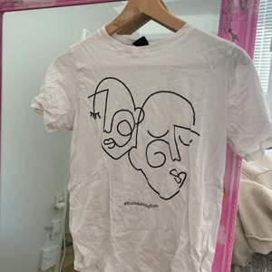 Supercool artsy t-shirt med coolt tryck.