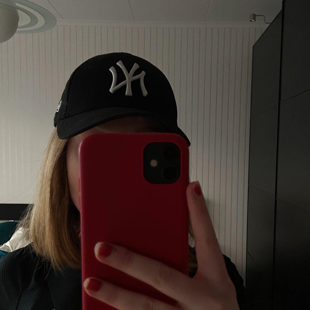 Keps med new york yankees logga från märket new era. Justerbar och kan därför passa många storlekar. . Accessoarer.