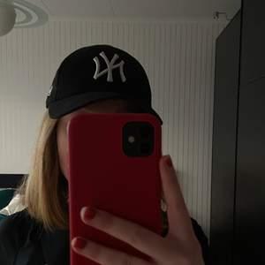 Keps med new york yankees logga från märket new era. Justerbar och kan därför passa många storlekar.