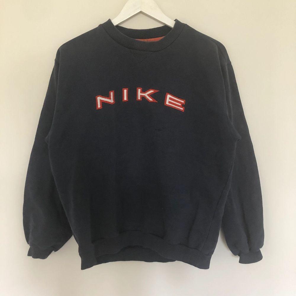 Vintage Nike Spellout Sweatshirt i Mörkblå färg. Texten är i orange och vit färg. Storlek small men borde passa medium. Från 90-talet. Tröjan har tyvärr ett par fläckar, skriv till mig så skickar jag:). Tröjor & Koftor.
