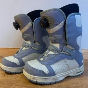 Säljer att par snowboard boots i gott skick pga för små storlek för mig. Bootsen är i storlek 35 och är från märket Vans. Annons finns på andra sidor.