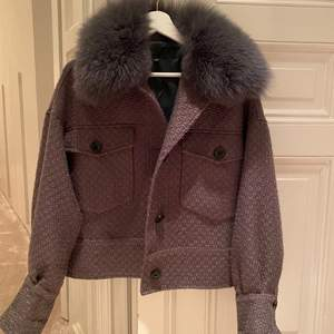 Säljer min såååå fina meotine jacka i så bra skick! Passar till allt och piffar verkligen upp en tråkig outfit. Sitter skitsnyggt oversized! Nypris 2800 säljer för 2000❤️