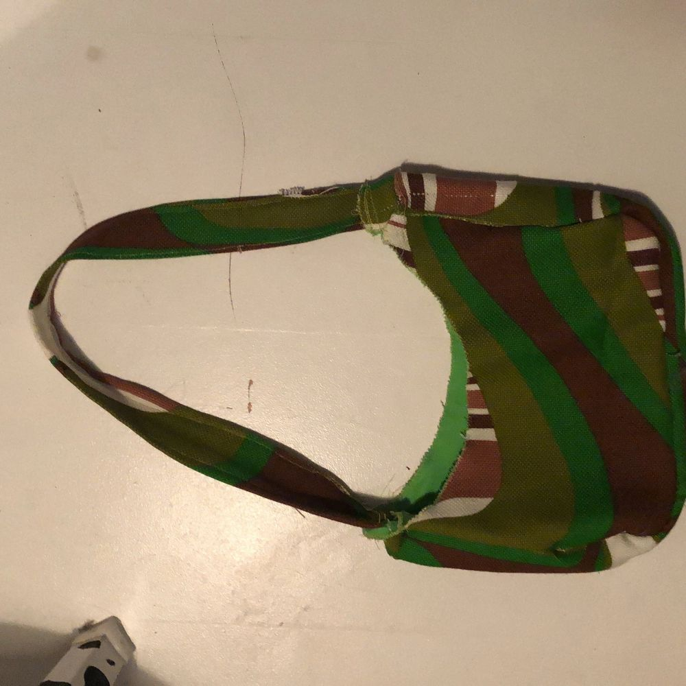 Grön,vit,brun färgad bästa skit snygg säljer för 60kr. Väskor.