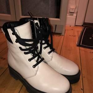 Vita rizzo skor, köpta på NK