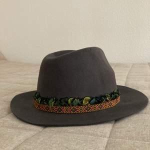 Handgjord hatt, one size. Knappt använd. Endast swish!