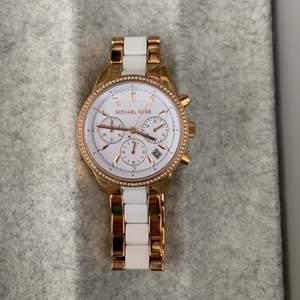 Säljer denna Michael Kors klocka i rose guld. Den är ca 2 år gammal i fint skick! Den köpptes för ca 2000kr