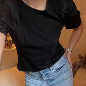Supersnygg svart t-shirt med puffiga armar 🖤 aldrig använd!