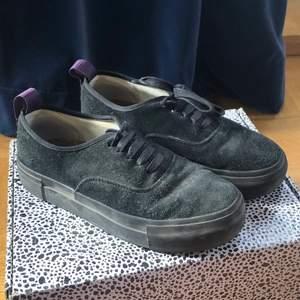 Hej säljer dessa snygga eytys skor i storleken 38, de är i superbra skick och inga defekter! ☺️