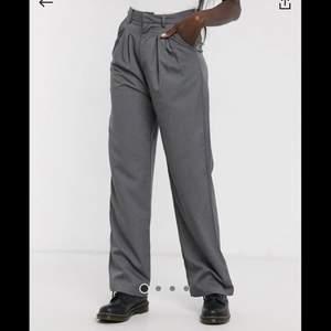 gråa kostymbyxor med pressveck i nyskick. aldrig använda då dom tyvärr är för korta för mig! 🖤
