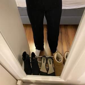 Vida svarta glitterbyxor från Gina Tricot. Har bara använts en gång så de är iprincip i nyskick. Den vida passformen gör att byxorna är väldigt sköna att ha på sig. Passar både till vardag och fest.