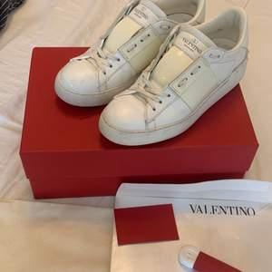Valentino skor som ej kommer till användning. Stolek 36, något stora i stoleken. Så fina. Och så sällsynta! Ovanliga!!😍😍🏽 Jag har kvitto, dustbag, nya skosnören, kuvertet, boxen. Nypris ca 6000. Dom små skråmorna går att puts bort med vit puts.