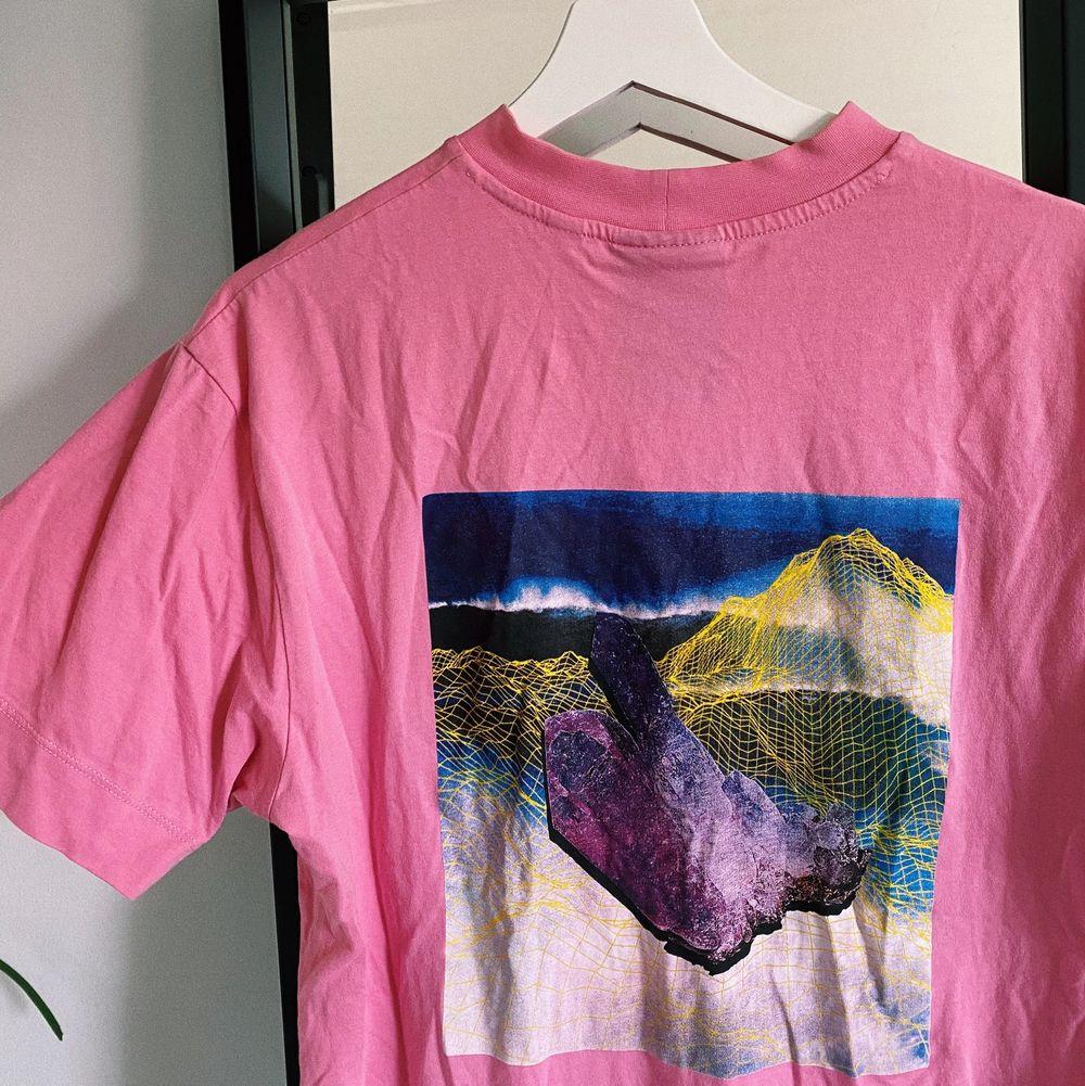 Super snygg rosa t-shirt från ASOS. Mycket sparsamt använd. Köparen står för frakten💓✨🤍. T-shirts.
