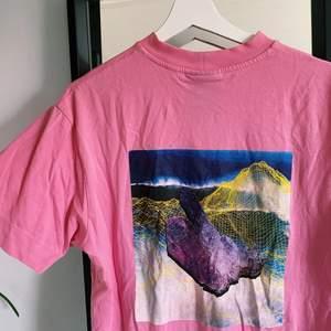 Super snygg rosa t-shirt från ASOS. Mycket sparsamt använd. Köparen står för frakten💓✨🤍