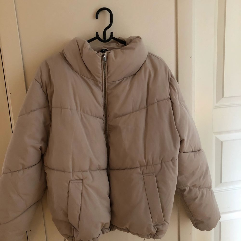 Super skön jacka från H&M, köptes för ett år sen. Jackans färg är ljus ljus grå, jackans färg ser man tydligt på bild 1 .Har använt den upptill 5 gånger som mest. Har inte lagt ut ett pris än, men skriv i chatten så kan priset diskuteras:). Jackor.