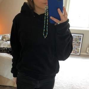 Supermysig svart hoodie i sammetsmaterial från Istay i storleken S men sitter ganska oversized så skulle även passa M💕 Använt endast en gång och är i bra skick, men snörena i luvan är borttagna⚡️ köparen står för frakt!