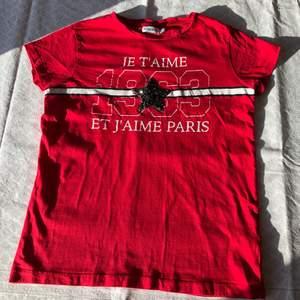 Röd t-shirt med tryck på framsidan! Bra skick! Checka gärna in mina andra försäljningar. Frågor? Bilder? Skicka så fixar jag! Har fler kläder ute, samfraktar gärna☺️