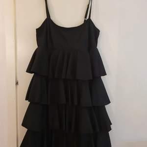 En jättefin volangklänning i stl. 36 säljes. Den är aldrig använd så den är i superskick!