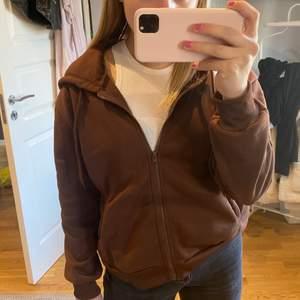 Superfin brun zip up hoodie i storlek S, passar även en XS med lite oversized look🥰 super mjukt och lent material (som även syns på bilden) budat är budat❤️