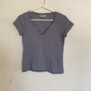 Säljer en blå randig t-shirt från Lager 157 i storlek S. Väldigt bra skick och sparsamt använd. Väldigt skönt material. Säljer då den inte längre passar. Hör av er för fler bilder. Köparen står för ev frakt:)