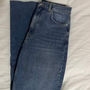 Ljusblåa jeans från ASOS tall. De är korta i benen och lite utsvängda. Använd ett fåtal gånger och är exakt som nya! (Lånade bilder på grund av att de inte passar längre)