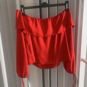 """En flowig """"rich red"""" blus i ett silkes liknande material 🔥🔥🔥 pris kan diskuteras"""