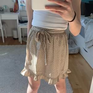 Säljer denna jätte gullig kjol från nakd som är perfekt nu till sommarn och passar till mycket. Kan knytas på massa olika sätt. Strl 32 💕 ( köparen står för frakt )