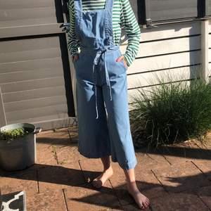 Supersnygg hängselbyxa/jumpsuit från Zara i jeans!!