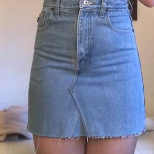 En Aldrig använd blå jeans kjol från