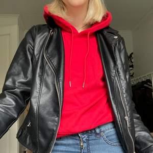 En röd hoodie. Så enkelt var de. Lite croppad och väldigt trevlig att ha på sig. Säljer då jag dock insett att röd = inte min färg💔