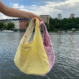 En så söt handsydd sommarväska i gul Frotté! Den perfekta strandväskan med två stora djupa fickor perfekt för solglasögon, solkräm etc. Väskan går att vändas ut och in, det är som 2in1. (Det är den gula jag säljer i denna annons. Den rosa ligger i min profil)