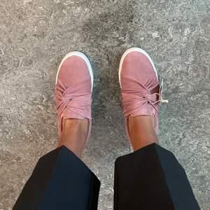 Säljer dessa snygga slipons. Har dom i andra färger men har aldrig andvänt dessa så det är därför jag vill sälja dom. Helt fläckfria och så somrig färg!