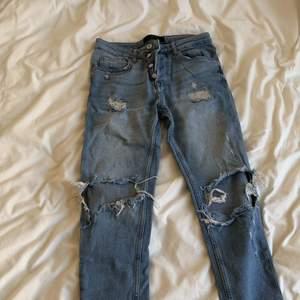 Ripped jeans från Zara! Passar 34or i byxor även fast det står 36. Kan mötas upp eller skickas med postnord!