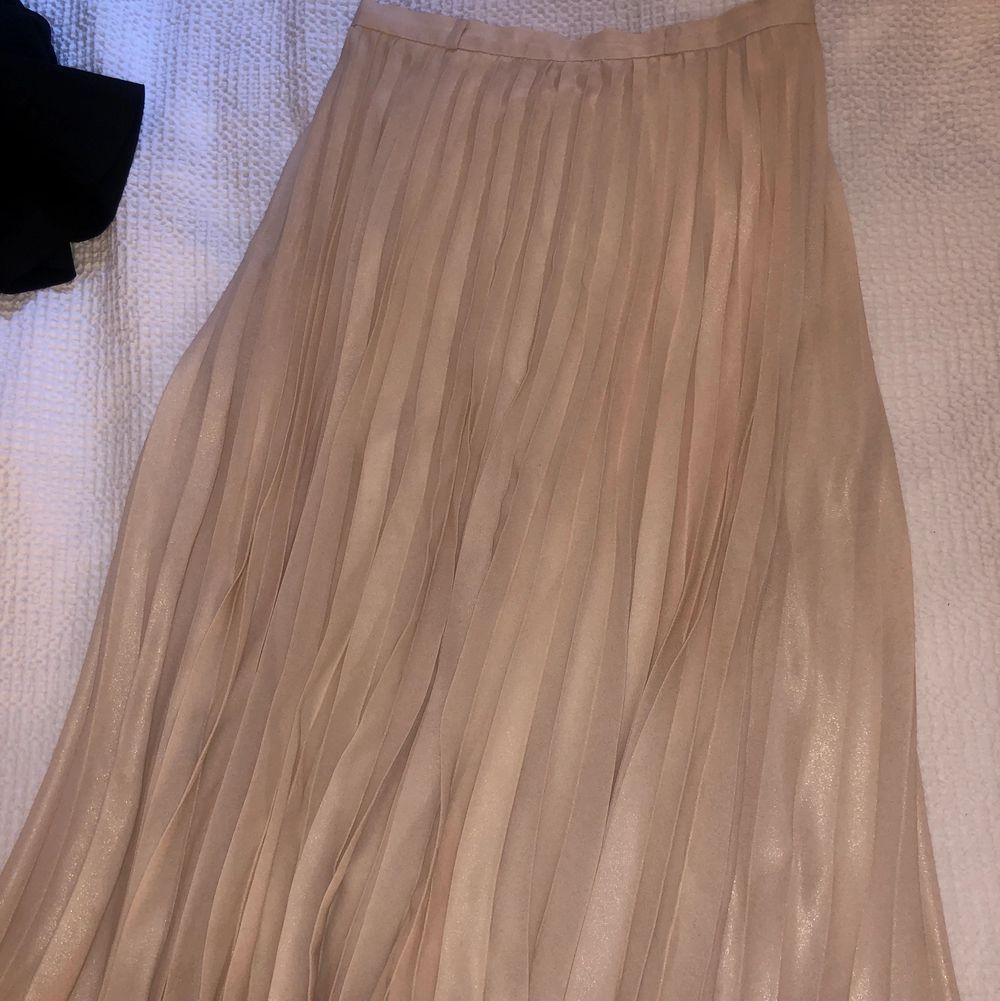 En super fin ljusrosa långkjol med lite glitter i. Fint och bra material och super fin till sommaren, säljer för 150💞🦋🥰. Kjolar.