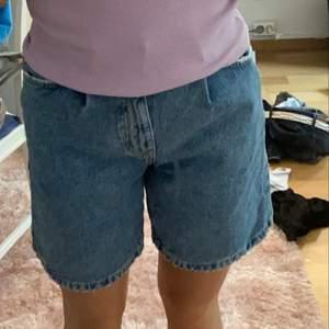 Lite längre jeanssshorts ifrån berhska som inte finns o köpa längre, storlek 32 🥰