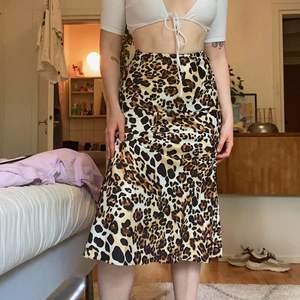 säljer min fina midi kjol ifrån &other stories då jag aldrig använder den, passar mer som en S även om lappen säger XS ❤️ Köpt för nedsatt pris 399kr i början på året, originalpris 699kr! Frakt tillkommer på 40kr ✨