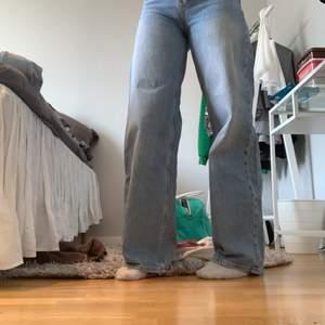 Blåa utsvängda jeans från junkyard i storlek 24 som sitter sjukt snyggt💙