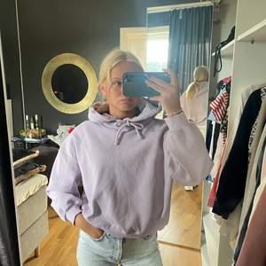 En fin lila hoodie som är i bra skick. Säljer då den inte kommer till användning. Har använt den ungefär 4 gånger men som sagt den är i bra skick. Fråga om ni vill ha fler bilder er om ni undrar något💕🤍