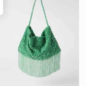 Söker denna väska från zara, kontakta gärna mig om du vill sälja samt pris💜