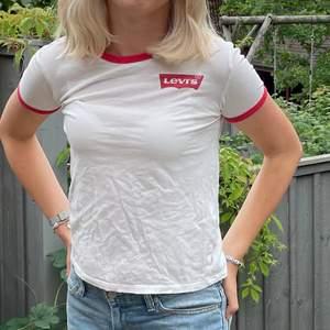 Vintage Levi's t-shirt i bra skick. Bra och skönt material. Säljes pga den it används